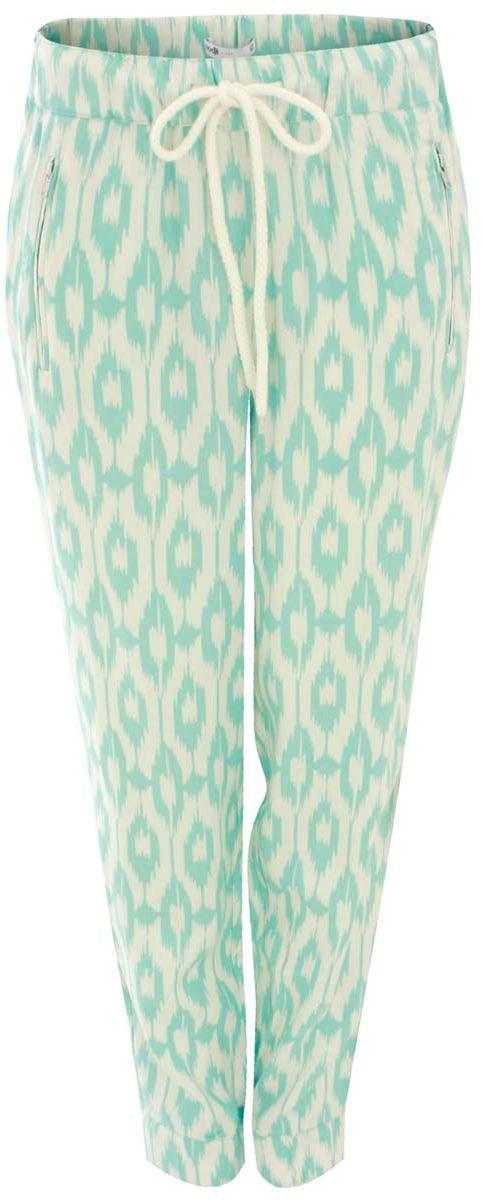 Брюки женские oodji Ultra, цвет: белый, голубой. 11711007/19891/1273E. Размер 36-170 (42-170)11711007/19891/1273EСтильные женские брюки oodji выполнены из 100% вискозы, на талии широкая эластичная резинка и затягивающийся шнурок. Модель свободного кроя со средней посадкой, низ брючин дополнен резинками и молниями. Спереди изделие дополнено двумя втачными карманами на застежках-молниях, сзади имитацией двух врезных карманов.