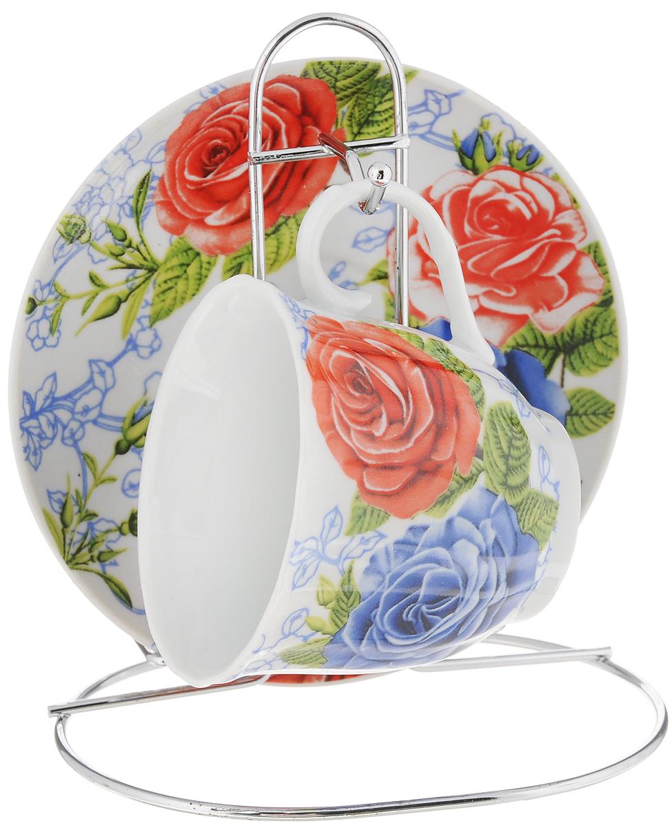 Чайная пара Bella, на подставке, 3 предмета. DL-F1MS-174DL-F1MS-174Чайная пара Bella, изготовленная из высококачественного фарфора, состоит из чашки и блюдца, декорированных изящным изображением красных цветов. Предметы набора помещаются на металлическую подставку. Изысканное оформление, несомненно, придется по вкусу ценителям классического стиля. Чайная пара Bella украсит ваш кухонный стол, а также станет замечательным подарком к любому празднику.Объем чашки: 220 мл.Диаметр чашки (по верхнему краю): 8 см.Высота чашки: 7 см.Диаметр блюдца: 14 см.Высота блюдца: 1,7 см.Высота подставки: 15 см.