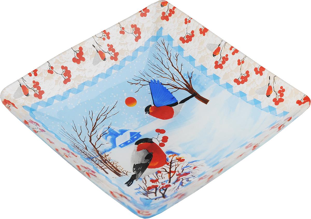 """Салатник Family & Friends """"Снегири"""" изготовлен из качественного стекла и оформлен новогодним рисунком. Такой салатник идеально подойдет для сервировки соусов, ягод, варенья, меда, различных закусок. Изделие красиво дополнит сервировку стола и станет полезным приобретением для любой хозяйки. Не рекомендуется использовать в микроволновой печи и мыть в посудомоечной машине.Размер салатника по верхнему краю: 15 х 15 см."""