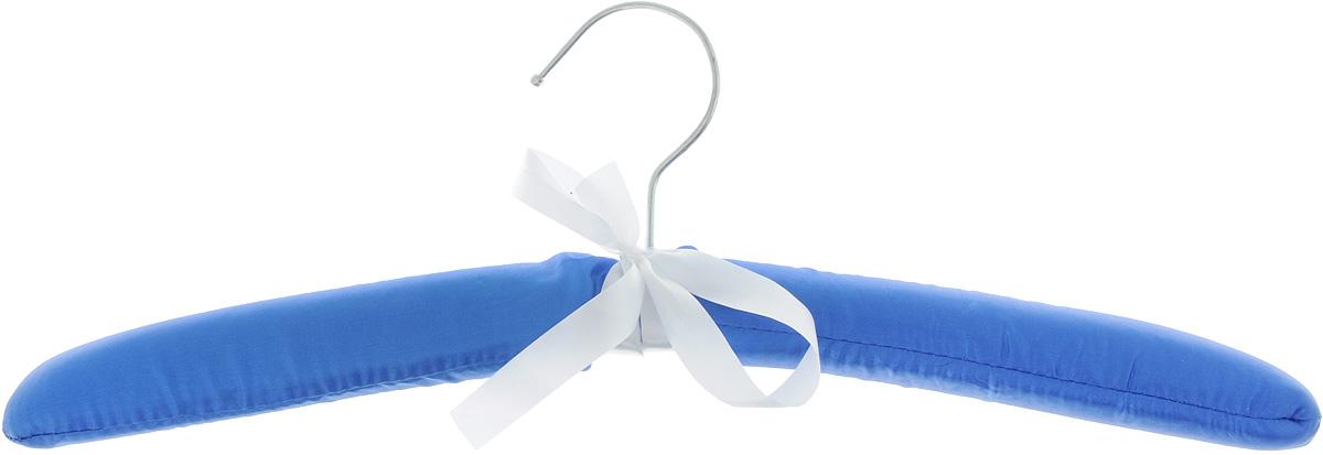 Вешалка для одежды Home Queen, сатиновая, длина 40 см68170Мягкая вешалка для одежды Home Queen изготовлена из дерева, дополнена поролоном и обтянута сатиновой тканью. Вешалка снабжена закругленными плечиками и поворачивающимся металлическим крючком, украшенным бантиком. Вешалка - незаменимая вещь для аккуратного хранения одежды.