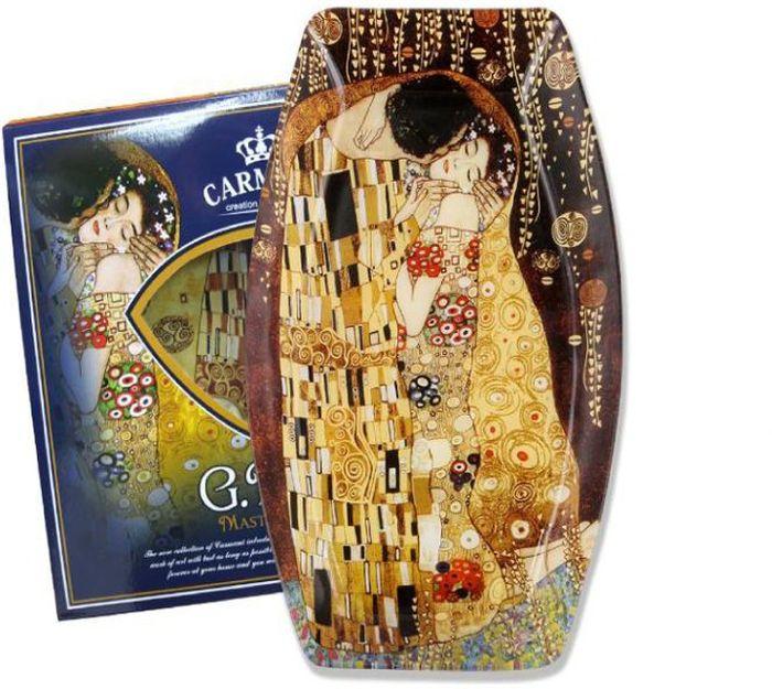 Блюдо Carmani Поцелуй (Г. Климт), 30х19,5 смCAR198-8041-ALТорговая марка Carmani (Польша) известна с XIX века. Основатель марки, Престон Кармани, принадлежал к высшему свету Европы, известному своими прогрессивными идеями и тягой к искусству.Конкурентными преимуществами марки Carmani является высокое качество продукции и неповторимый дизайн. Процесс разработки нового предмета представляет собой сочетание традиционных методов и современных компьютерных технологий. Следует отметить, что каждая серия кружек Carmani имеет яркую индивидуальность, оригинальный дизайн и отражает разные темы, связанные с развитием и культурой человечества. Стеклянные тарелки и карманные зеркала с изображением прекрасных дам с полотен известных художников, выпускаются ограниченным тиражом и имеют коллекционную ценность.