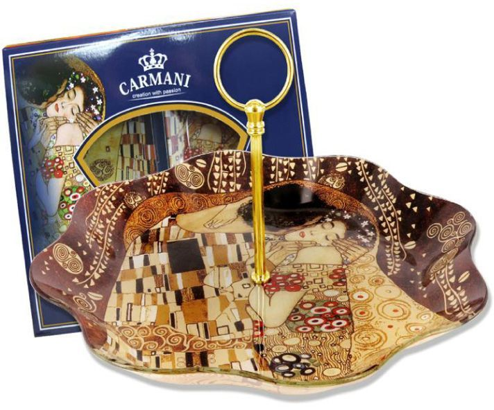 Менажница Carmani Г. Климт, с ручкой, на вращающейся подставке, 30x30х5 смCAR198-8091-ALТорговая марка Carmani (Польша) известна с XIX века. Основатель марки, Престон Кармани, принадлежал к высшему свету Европы, известному своими прогрессивными идеями и тягой к искусству.Конкурентными преимуществами марки Carmani является высокое качество продукции и неповторимый дизайн. Процесс разработки нового предмета представляет собой сочетание традиционных методов и современных компьютерных технологий. Следует отметить, что каждая серия кружек Carmani имеет яркую индивидуальность, оригинальный дизайн и отражает разные темы, связанные с развитием и культурой человечества. Стеклянные тарелки и карманные зеркала с изображением прекрасных дам с полотен известных художников, выпускаются ограниченным тиражом и имеют коллекционную ценность.