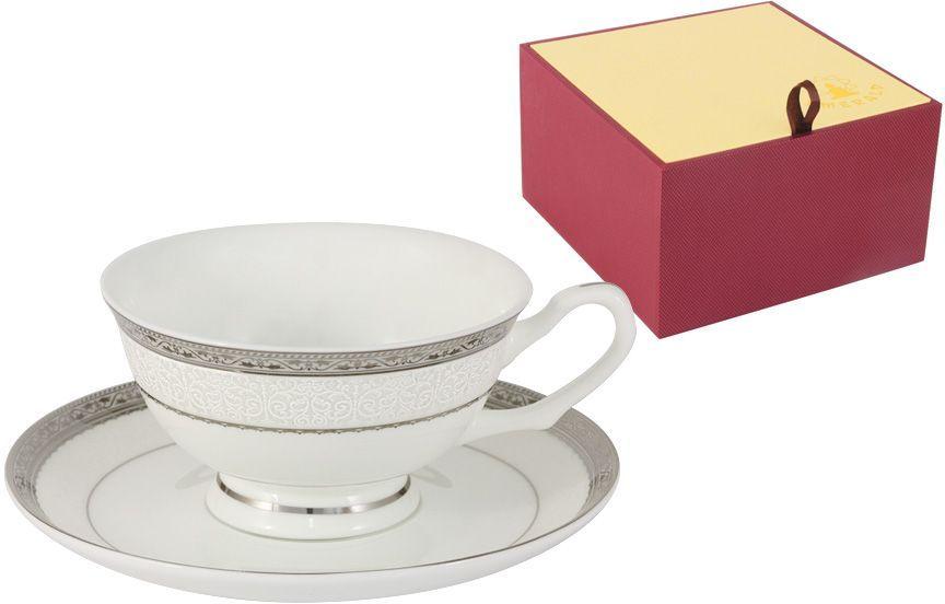 Чайная пара Emerald БостонE5-16-908/CS-ALЧайная пара Emerald Бостон состоит из чашки и блюдца, выполненных из высококачественного костяного фарфора. Изделия легкие, белоснежные и прочные. Нанесение сверкающей глазури, не содержащей свинца, придает посуде превосходный блеск и особую прочность. Внешние стенки декорированы изысканными узорами и дополнены серебристой эмалью. Такой набор станет отличным приобретением для кухни. Изящный дизайн сделает его оригинальным дополнением сервировки стола к чаепитию. Благодаря высокому качеству исполнения, разнообразным декорам и оптимальному соотношению цена - качество, посуда Emerald завоевала огромную популярность у покупателей и пользуется неизменно высоким спросом.