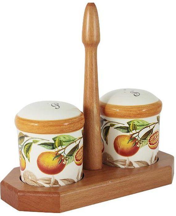 Набор для специй LCS Апельсины, на подставке, 3 предметаLCS873L-AR-ALНабор для специй LCS Апельсины, изготовленный из керамики, состоит из солонки и перечницы. Емкости декорированы изысканным изображением помещаются на специальную деревянную подставку. Солонка и перечница легки в использовании: стоит только перевернуть емкости, и вы с легкостью сможете поперчить или добавить соль по вкусу в любое блюдо.Набор LCS Апельсины не только украсит стол, но и станет полезным аксессуаром как на кухне, так и за праздничным столом.