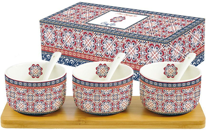Набор посуды для закусок Nuova R2S Мавритания, 7 предметовR2S851/ALHA-ALНабор посуды для закусок Nuova R2S Мавритания состоит из 3 емкостей, 3 ложек и деревянного подноса. Емкости и ложки выполнены из высококачественного фарфора. Изделия легкие, белоснежные и прочные. Нанесение сверкающей глазури, не содержащей свинца, придает посуде превосходный блеск и особую прочность. Посуда украшена изысканным этническим узором. Такой набор идеально подойдет для сервировки различных соусов и закусок. Он станет практичным приобретением и подчеркнет ваш прекрасный вкус. Диаметр емкости: 8 см.