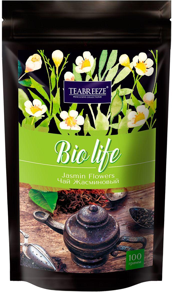 Teabreeze Жасминовый Чай листовой в пакетах с застежкой зип-лог, 100 гTB 1208-100Зеленый чай с нераспустившимися бутонами жасмина - это изысканный напиток Востока, который будет понятен даже самому неискушенному жителю Запада. Его сладковатый вкус и тонкий аромат не оставят равнодушными никого. Жасминовый чай прекрасно подойдет для первого знакомства с зеленым чаем, привнеся радость от этой встречи каждому человеку. Для Жасминового чая отбирается только лучший зеленый байховый чай весеннего сбора, к которому добавляются нераспустившиеся бутоны жасмина, собранные ранним утром. Получившуюся смесь высушивают вместе. После такой просушки получается напиток, источающий легкий цветочный аромат, создающий уникальный вкус, который запомнится надолго.