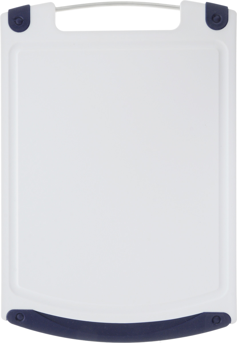 Доска разделочная Atlantis Microban, цвет: темно-синий, белый, 36,8 х 25,4 смF-M-10Прямоугольная разделочная доска Atlantis Microban выполнена из пластика и оснащена резиновыми вставками и металлической ручкой. Она обладает целым рядом преимуществ, а именно: - удобная ручка; - не скользит по поверхности стола; - можно использовать обе стороны доски; - непористая поверхность; - можно мыть в посудомоечной машине; - не впитывает запах продуктов; - ножи не затупляются при использовании. Доска обработана специальным покрытием Microban. Покрытие Microban - самое надежное в мире средство для защиты от бактерий, грибков, плесени и запахов. Действует постоянно, даже после мытья, обеспечивая большую защиту доски. Антибактериальная защита работает на протяжении всего срока службы разделочной доски.