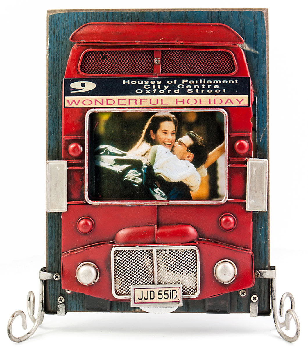 Фоторамка Platinum Лондонский автобус, двухстороняя. 1510F-3851510F-385Фоторамка Platinum Лондонский автобус, изготовленная из металла, имеет оригинальныйдизайн. Рамка выполнена в винтажном стиле и может использоваться с двух сторон. Каждая сторона оформленав виде знаменитого красного лондонского автобуса. фоторамка поможет вам оригинально и стильно дополнить интерьер помещения,а также позволит сохранить память о дорогих вам людях и интересных событияхвашей жизни. Подходит для двух фотографий размером: 9 х 12 см.