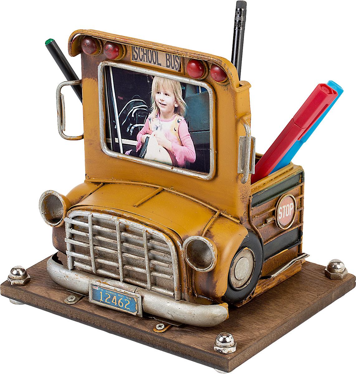 Фоторамка Platinum Школьный автобус, с подставкой для ручек, 6 х 8 см1404B-1286Фоторамка Platinum Школьный автобус, выполненная из металла, оснащенаподставкой для ручек и карандашей. Такаяфоторамка поможет вам оригинально и стильно дополнить интерьер помещения,а также позволит сохранить память о дорогих вам людях и интересных событияхвашей жизни.