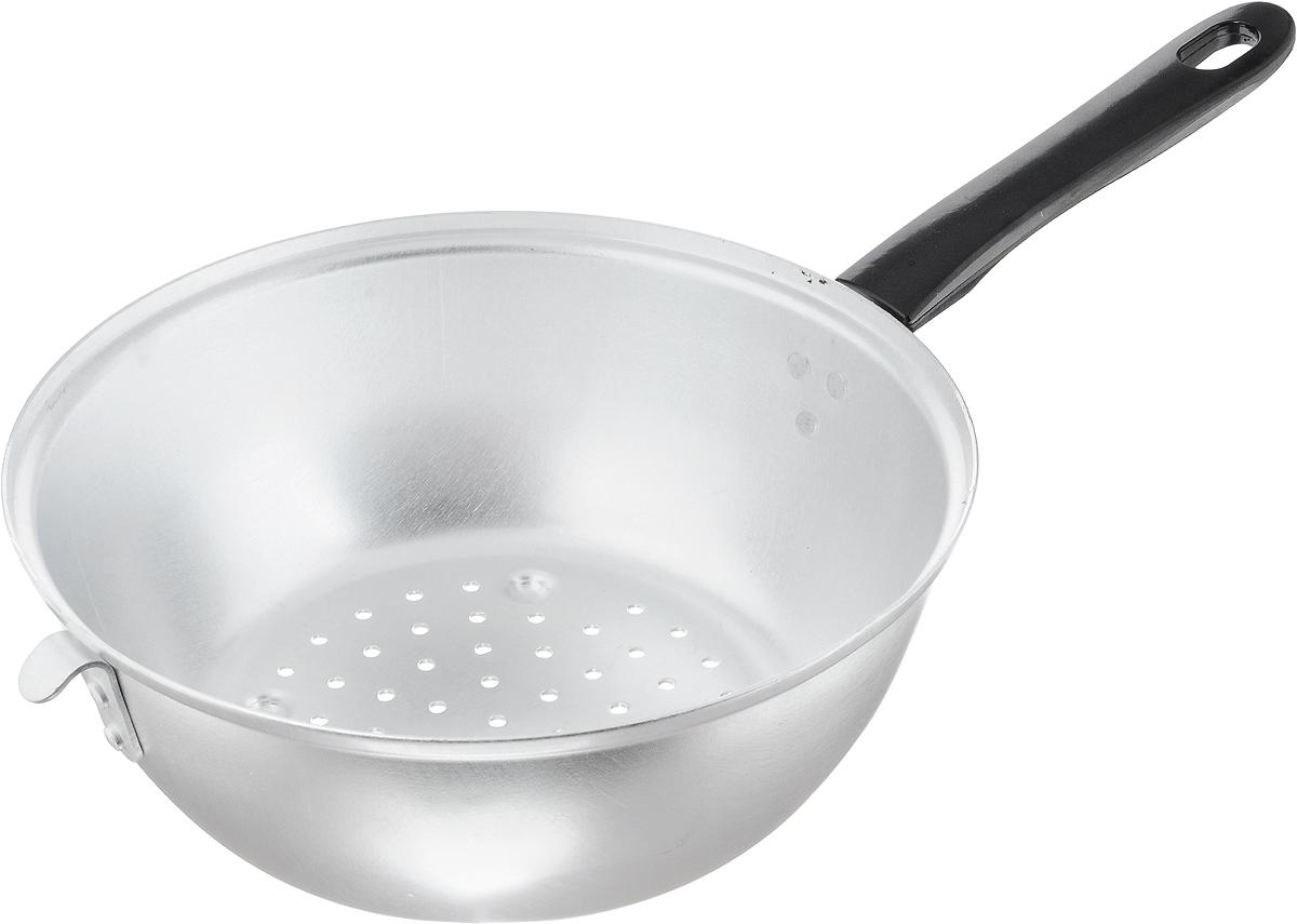 Дуршлаг Scovo, цвет: черный, серебристый, диаметр 24 смМТ-057Дуршлаг Scovo, изготовленный из алюминия, станет полезным приобретением для вашей кухни. Он предназначен для отделения жидкости от твердых веществ, например, после варки макаронных изделий, круп, картофеля. Также дуршлаг используется для мытья и промывания ягод, грибов, мелких фруктов и овощей. Дуршлаг оснащен длинной ручкой и петелькой для подвешивания на крючок.Диаметр дуршлага: 24 см.Высота стенки дуршлага: 9,5 см. Длина ручки: 18 см.