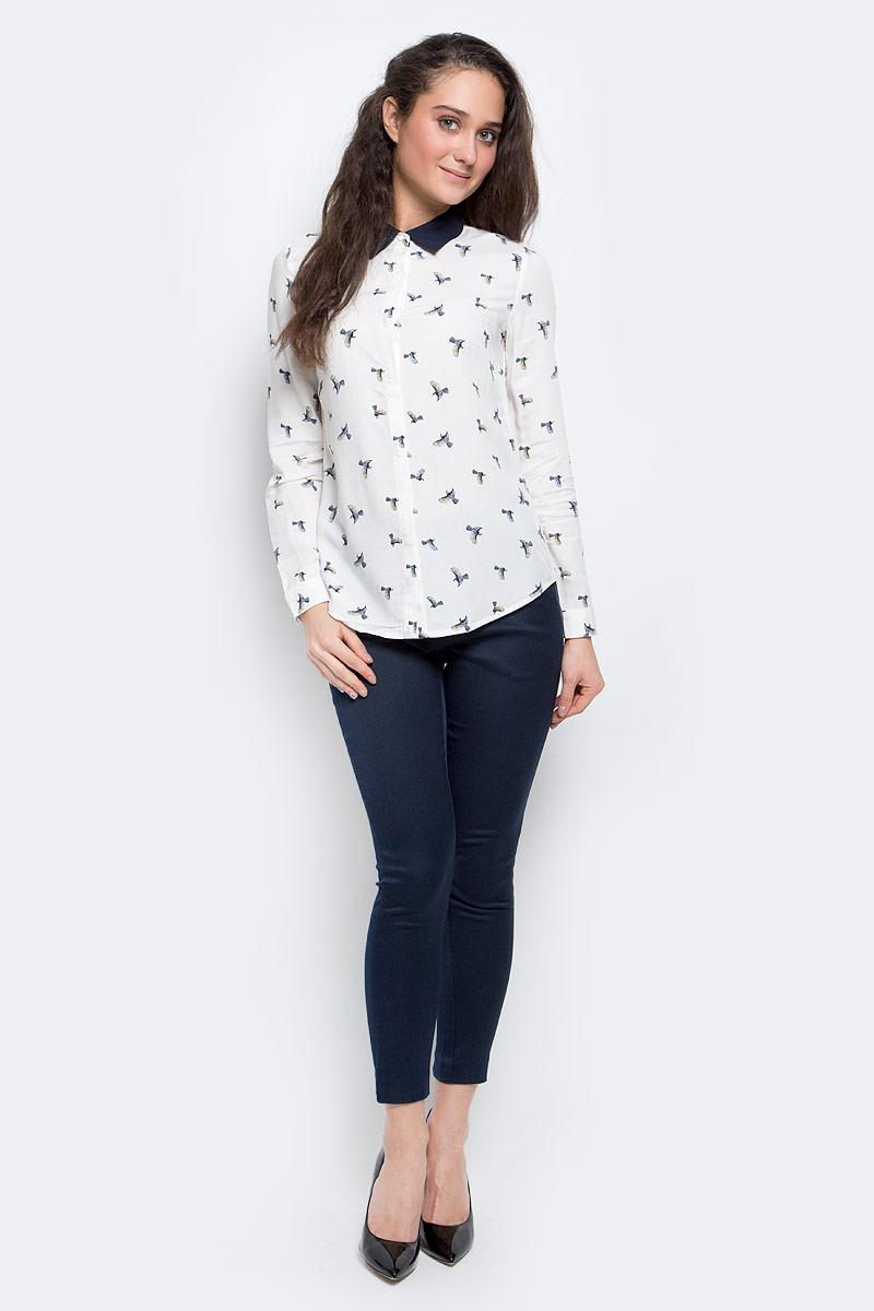 Блузка женская Sela Casual, цвет: белый, темно-синий. B-112/1146-7140. Размер L (48)B-112/1146-7140Стильная женская блузка выполнена из 100% вискозы, застегивается спереди на пуговицы, скрытые планкой. Модель с отложным воротником и длинными рукавами.