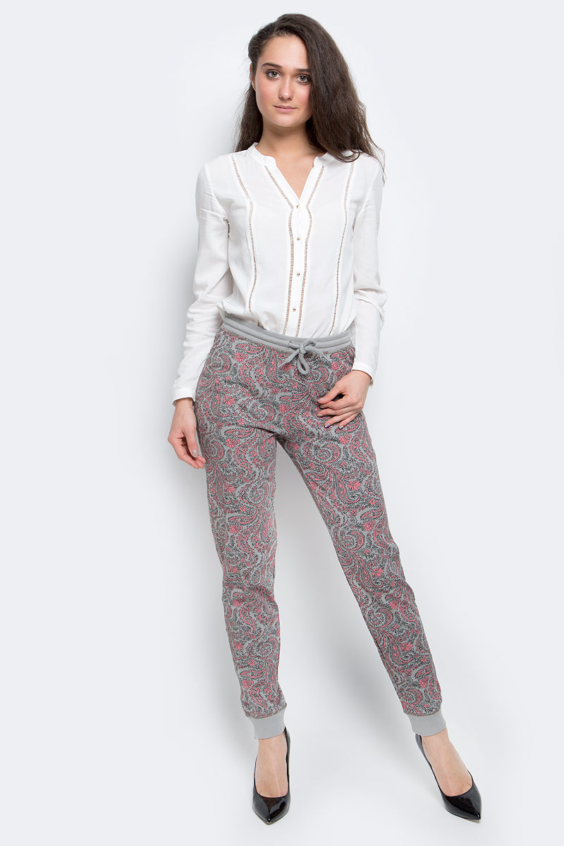 Брюки женские Sela, цвет: серый, розовый. PH-165/003-7100. Размер XS (42)PH-165/003-7100Стильные женские брюки выполнены из натурального хлопка. Брюки на талии имеют широкую эластичную резинку со шнурком. Низ брючин дополнен трикотажными манжетами.