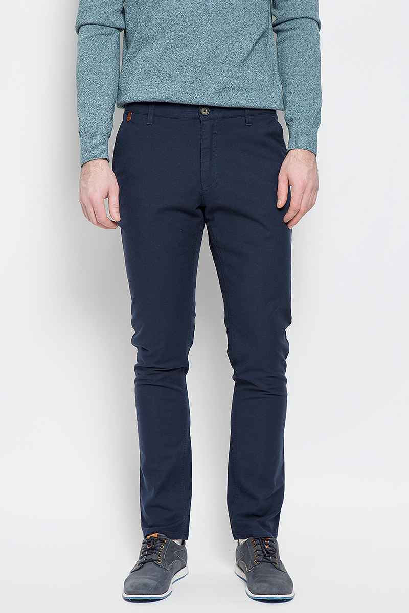 Брюки мужские Sela Casual Wear, цвет: темно-синий. P-215/526-7121. Размер 52-182P-215/526-7121Мужские брюки Sela Casual Wear прямого кроя и стандартной посадки изготовлены из прочного эластичного хлопка. Брюки застегиваются на пуговицу в поясе и ширинку на застежке-молнии. На поясе расположены шлевки для ремня. Модель дополнена двумя открытыми втачными карманами спереди и двумя втачными карманами на пуговицах сзади.