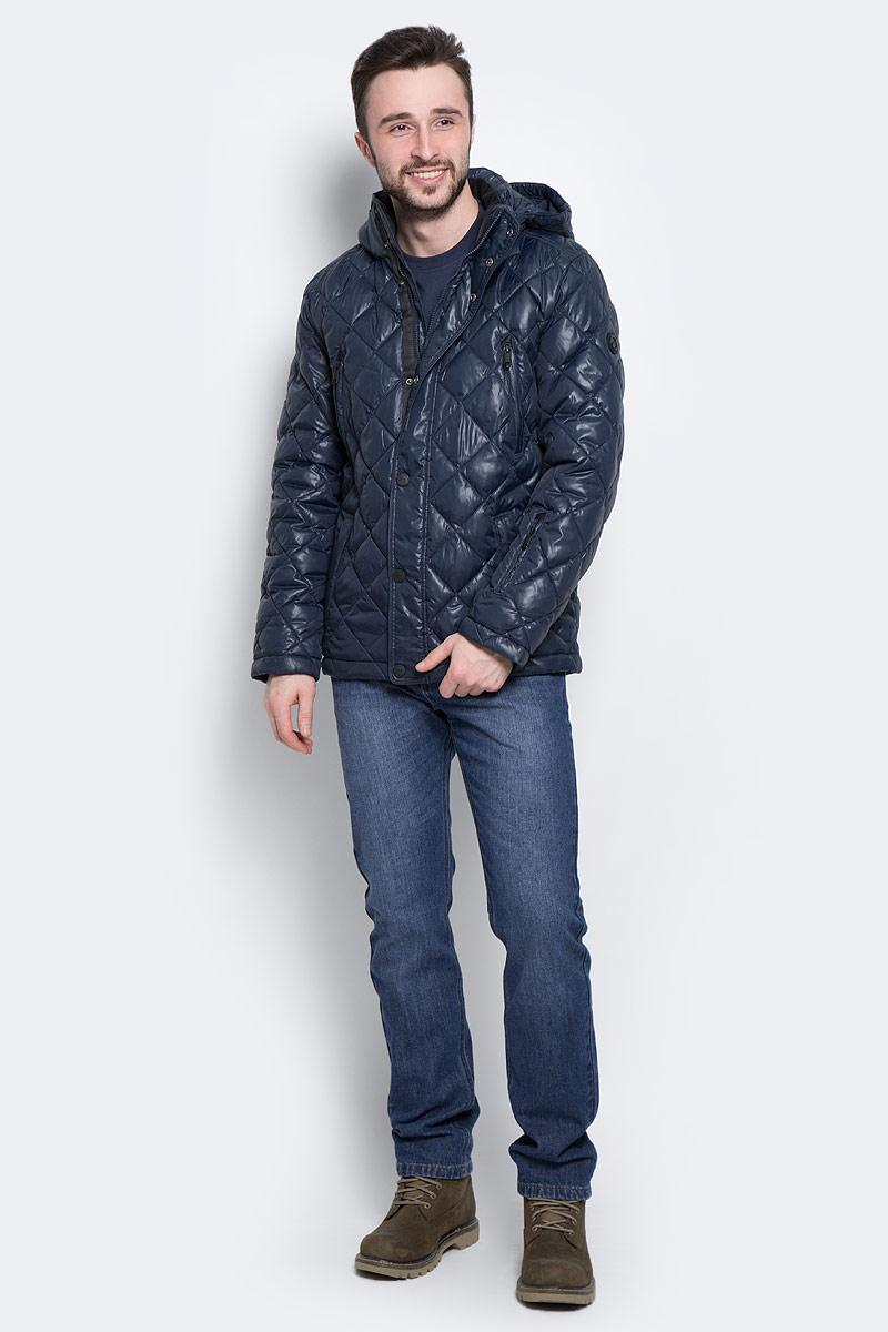 Куртка мужская Finn Flare, цвет: темно-синий. W16-21002_101. Размер M (48)W16-21002_101Стильная мужская куртка Finn Flare изготовлена из высококачественного полиэстера. В качестве утеплителя используется полиэстер.Куртка с воротником-стойкой и съемным капюшоном застегивается на застежку-молнию и дополнительно на клапан с кнопками. Капюшон, дополненный регулирующим эластичным шнурком, пристегивается к куртке с помощью кнопок и липучек. Спереди расположены четыре прорезных кармана на застежках-молниях, на рукаве - прорезной карман на застежке-молнии, с внутренней стороны - прорезной карман на застежке-молнии и два накладных кармана на пуговицах.Манжеты рукавов дополнены трикотажными напульсниками. Нижняя часть модели регулируется с помощью эластичного шнурка со стопперами.