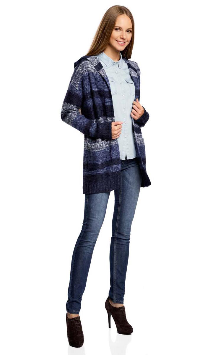 Кардиган женский oodji Ultra, цвет: синий, темно-синий, серый. 63205244/46133/7579S. Размер S (44)63205244/46133/7579SВязаный удлиненный кардиган oodji изготовлен из качественного смесового материала. Модель с капюшоном выполнена без застежки и дополнена накладными карманами.