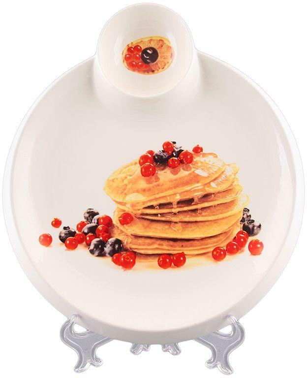 Тарелка для блинов Elan Gallery Блины с ягодами, с соусницей, диаметр: 20 см101219Тарелка для блинов с декором позволит красиво подать блины. Легко моется, можно использовать в микроволновой печи. Изделие имеет подарочную упаковку, поэтому станет желанным подарком для Ваших близких! Размер тарелки: 27,5 х 25 х 2,5 см.