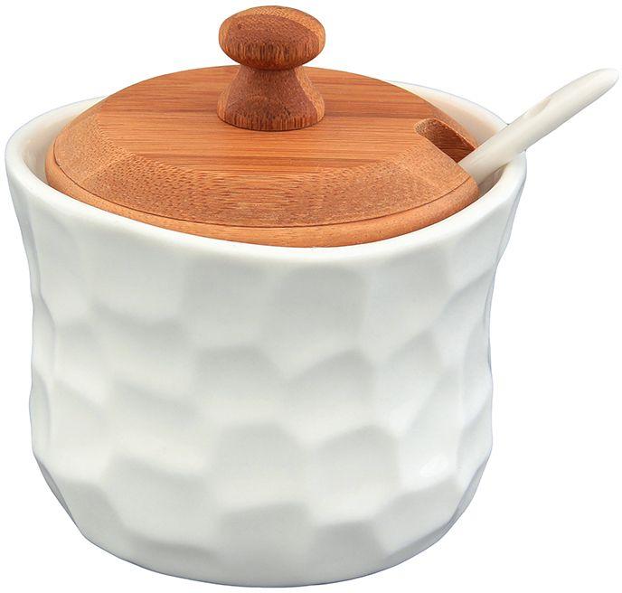 """Баночка для специй """"Айсберг"""" объемом 250 мл с фарфоровой ложкой и деревянной крышкой, выполнена из высококачественного фарфора, а крышка из натурального бамбука. Теплое цветовое решение и изящный рельеф баночки подходит любой сервировке и добавит уюта в каждый дом. Баночку можно использовать для специй, для соусов, например, хрена или горчицы или для тертого сыра.  Баночка для специй Elan Gallery """"Айсберг"""" несомненно впишется в любой интерьер благодаря лаконичному дизайну, натуральным материалам и высокой функциональности. Такому подарку будет рада любая хозяйка! Размер: 9,5 х 9 х 9,5 см.  Объем: 250 мл."""