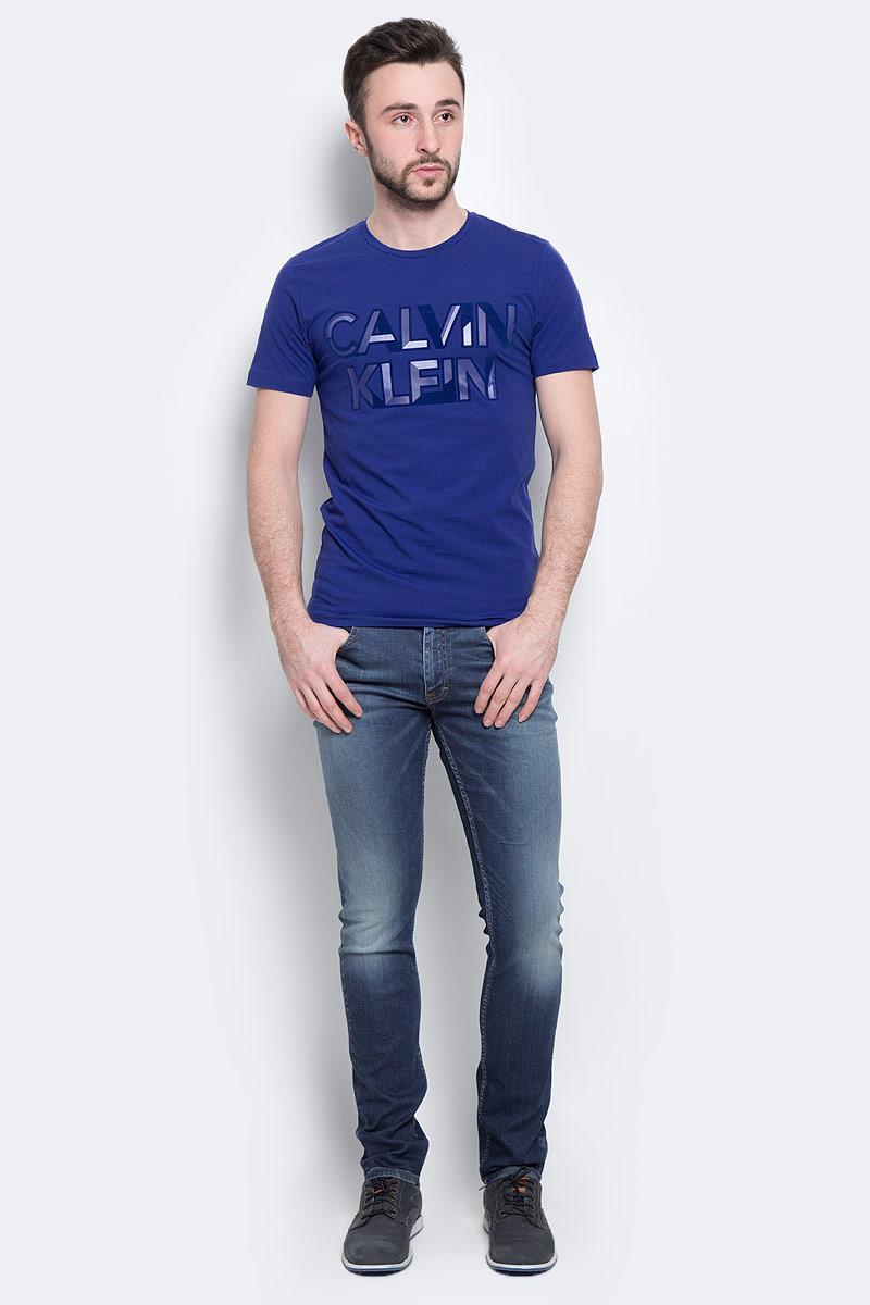 Футболка мужская Calvin Klein Jeans, цвет: синий. J30J300562_4950. Размер S (44/46)J30J300562_4950Мужская футболка Calvin Klein Jeans, выполненная из эластичного хлопка, идеально подойдет для повседневной носки. Материал очень мягкий и приятный на ощупь, не сковывает движения и хорошо пропускает воздух. Футболка с круглым вырезом горловины и короткими рукавами имеет полуприлегающий силуэт. Спереди изделие украшено фактурной надписью с названием бренда. Такая модель будет дарить вам комфорт в течение всего дня и станет стильным дополнением к вашему образу.