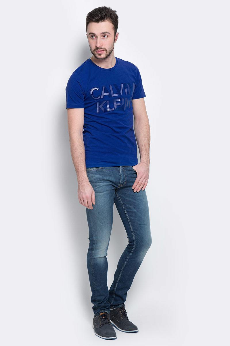 Джинсы мужские Calvin Klein Jeans, цвет: синий. J30J304293_9114. Размер 32 (48/50)J30J304293_9114Мужские джинсы Calvin Klein Jeans, выполненные из эластичного хлопка с небольшим добавлением эластана, отлично дополнят ваш образ. Ткань изделия тактильно приятная, не стесняет движений, позволяет коже дышать. Джинсы застегиваются в поясе на пуговицу и имеют ширинку на молнии. На модели предусмотрены шлевки для ремня. Спереди джинсы дополнены двумя втачными карманами и одним маленьким накладным, сзади - двумя накладными карманами. Оформлено изделие эффектом потертости и перманентными складками. Высокое качество кроя и пошива, актуальный дизайн и расцветка придают изделию неповторимый стиль ииндивидуальность. Модель займет достойное место в вашем гардеробе!