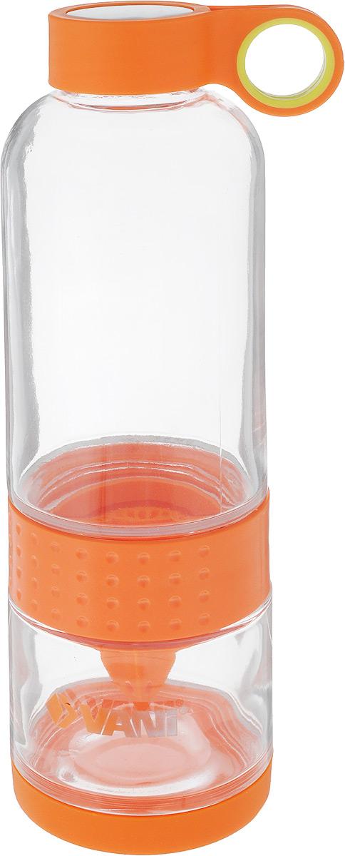 """Бутылка для приготовления сока и смузи """"VANI"""" состоит  из двух частей, которые соединены пластиковой вставкой  для отжима цитрусовых. Дно бутылки защищено  силиконовой съемной накладкой. Пластиковая крышка с  нержавеющей сталью имеет удобное кольцо для  переноски.  Бутылка сделана из высококачественного упрочненного  стекла, способна выдержать температуру от -20 до +100° C.  Лимон можно отжимать тремя способами:  1. Отсоединить нижнюю часть бутылки, закрутить на ней  острием верх насадку и отжать необходимое количество  сока из фрукта. Потом закрутить нижнюю и верхнюю  часть бутылки, залить чистой питьевой водой. 2. Отсоединить верхнюю часть бутылки, поставить ее на  крышку, залить чистой питьевой водой. Закрепить  сверху острием вверх насадку и отжать необходимое  количество сока. Не переворачивая, закрутить нижнюю  часть к верхней.  3.Отсоединить нижнюю часть бутылки, поместить  половинку лимона в нижнюю часть, соединить верхнюю и  нижнюю часть бутылки. Залить через горлышко чистую  питьевую воду. Насадка для отжима сока будет  находиться в мякоти лимона, постепенно выдавливая сок  в воду. Объем бутылки: 650 мл. Высота бутылки: 23 см.  Диаметр горлышка по верхнему краю: 4 см."""