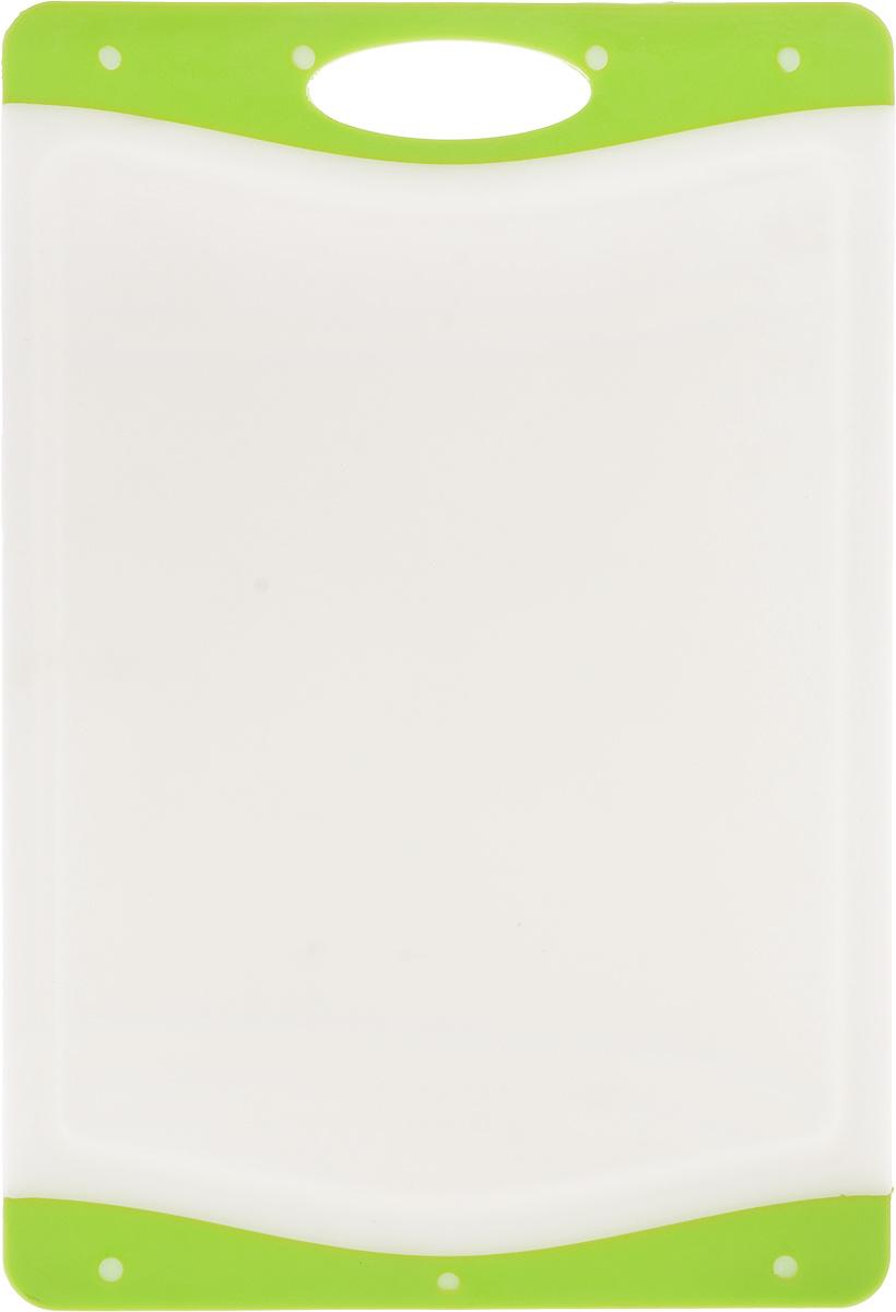Доска разделочная Kesper, цвет: белый, салатовый, 33 х 22,5 х 1 см3077-1_белый, салатовыйДоска разделочная Kesper выполнена из высококачественного пластика и силикона. Материалы непористые, что предотвращает впитывание запаха. Доска имеет специальное антибактериальное покрытие, защищающее поверхность от появления бактерий. Изделие можно использовать с двух сторон. Углубления по краю доски соберут весь сок и поверхность стола останется чистой. А благодаря силиконовым вставкам по краям, доска не скользит по поверхности.Такая доска понравится любой хозяйке и будет отличным помощником на кухне.Можно мыть в посудомоечной машине.