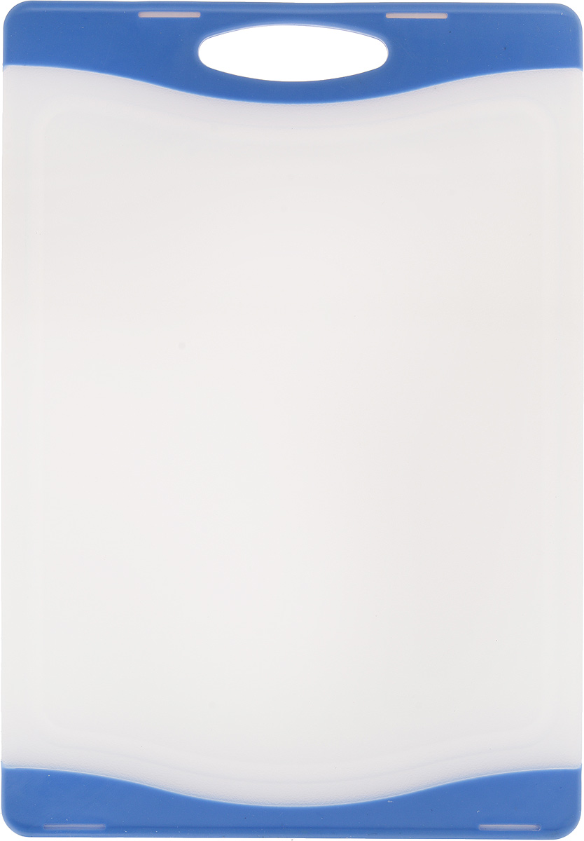 Доска разделочная Zeller, цвет: белый, синий, 29,3 х 20 х 1 см26111Доска разделочная Zeller выполнена из пластика белого цвета и снабжена по краям прорезиненными цветными вставками, благодаря чему не скользит по поверхности. Идеально подходит для нарезки любых продуктов. Доска не впитывает запах продуктов, имеет антибактериальную поверхность, отличается долгим сроком службы. Ножи не затупляются при использовании. Доска снабжена удобной ручкой, одна из сторон имеет по краям желобки для сбора лишней жидкости. Можно использовать обе стороны доски. Такая доска понравится любой хозяйке и будет отличным помощником на кухне. Можно мыть в посудомоечной машине.