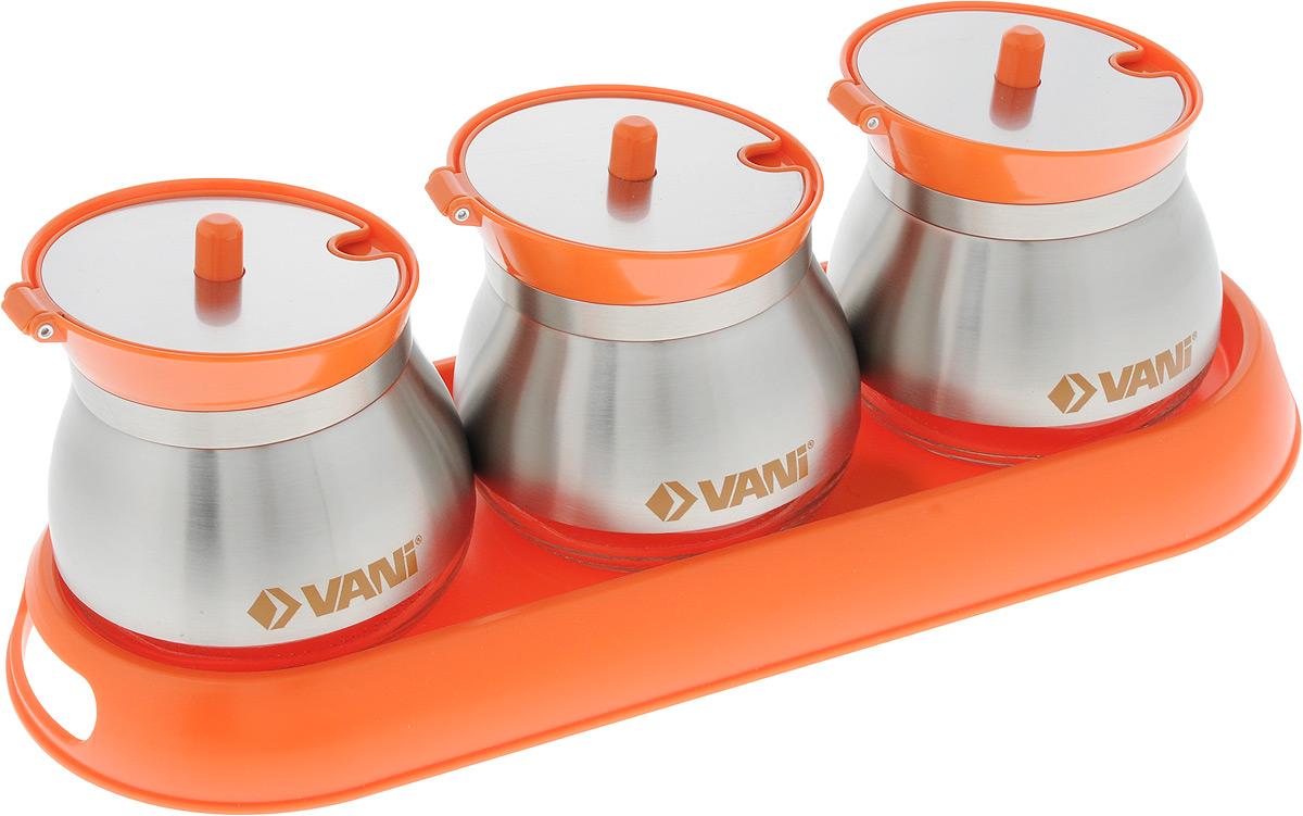 """Набор """"VANI"""" состоит из трех банок, которые  размещаются на пластиковой подставке.  Емкости изготовлены из экологически чистого стекла с  обрамлением из нержавеющей стали, оснащены  откидывающимися крышками из металла и пластика.  В комплект входят три ложки из нержавеющей стали.   Предметы набора сохраняют прекрасный внешний вид  даже после многолетнего использования. Такой набор  гармонично впишется в любой интерьер, дополняя его и  делая максимально комфортным.  Во избежание повреждений поверхности не используйте  для мытья металлические губки, абразивные материалы,  хлор и кислотосодержащие очистители.  Объем банок: 260 мл.  Размер банок: 9 х 9 х 8,5 см.  Размер подставки: 31 х 12 х 2,8 см.  Длина ложки: 12,7 см."""