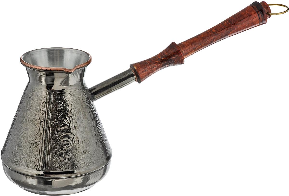 """Турка """"Виноград"""", изготовленная из меди, прекрасно подходит для приготовления настоящего кофе на плите. Внешняя поверхность имеет декоративное тиснение, что придает изделию оригинальный внешний вид. Внутренняя сторона покрыта пищевым оловом. Изделие оснащено небольшим носиком и удобной ненагревающейся деревянной ручкой с петелькой для подвешивания. Надежное крепление ручки гарантирует безопасное использование. Такая турка будет красивым дополнением в вашем уютном доме. Подходит для газовых и электрических плит. Не подходит для индукционных. Диаметр (по верхнему краю): 5,5 см. Высота стенки: 10,5 см. Длина ручки: 19,5 см."""