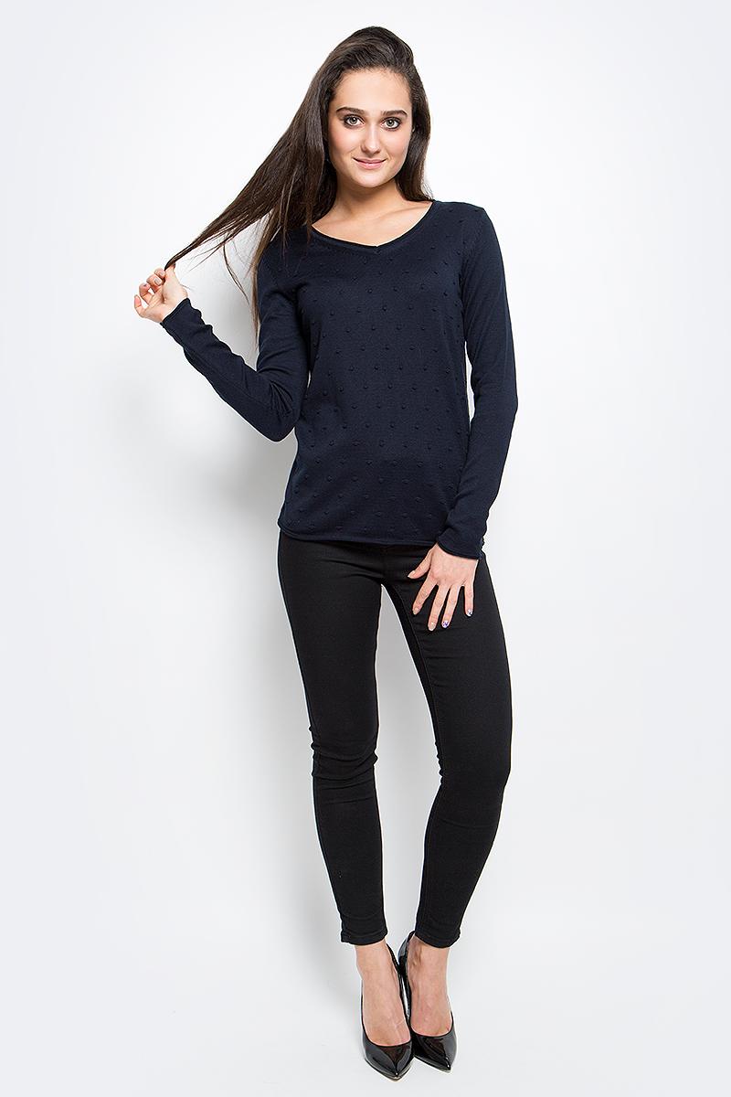Пуловер женский Finn Flare, цвет: темно-синий. B17-11120_101. Размер L (48)B17-11120_101Стильный женский пуловер Finn Flare выполнен из акрила с добавлением хлопка. Модель с V-образным вырезом горловины и длинными рукавами оформлен спереди оригинальной вязкой и снизу декорирован металлической пластиной с названием бренда.