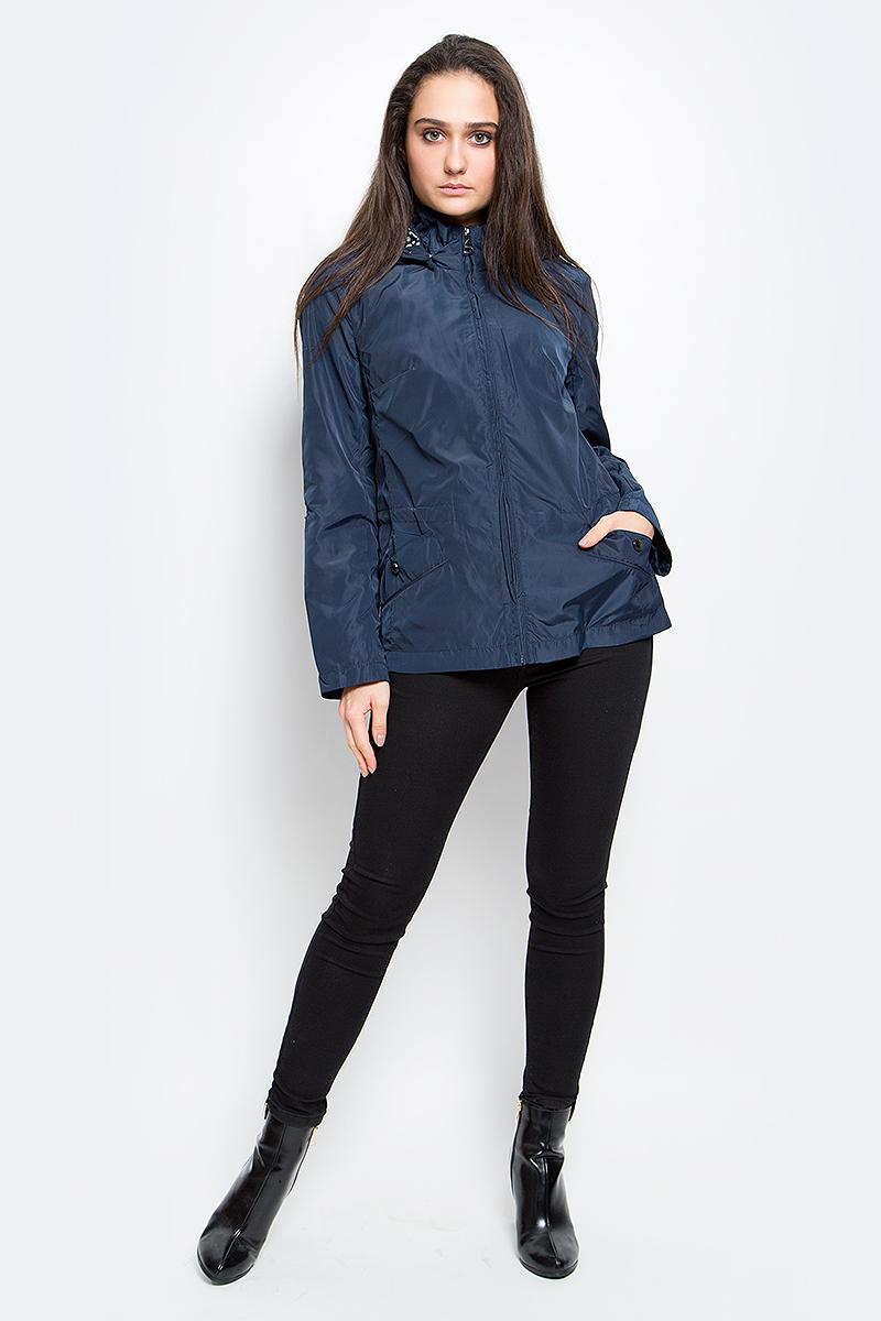 Куртка женская Finn Flare, цвет: темно-синий. B17-11011_101. Размер M (46)B17-11011_101Удобная женская куртка Finn Flare выполнена из 100% полиэстера. Модель с длинными рукавами и съемным капюшоном, застегивается спереди на молнию. Изделие дополнено двумя карманами на кнопках. Капюшон и линия талии дополнена утягивающим шнурком. Рукава дополнены хлястиками на металлических кнопках.