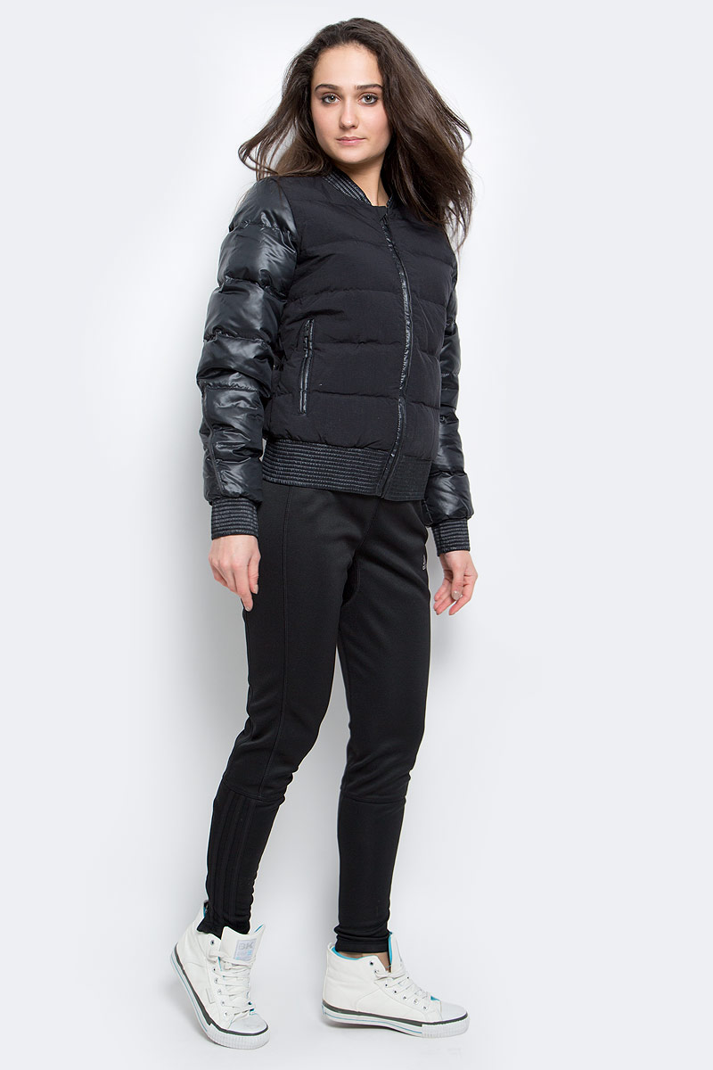 Пуховик женский adidas Cozy Down BMBR, цвет: черный. AP8690. Размер L (48/50)AP8690Уютная куртка, которая защитит от холода. Стильный силуэт бомбера. Натуральный пух превосходно согревает. Приталенный крой и переработанные материалы. Рифленые манжеты, ворот и нижний край; четырехслойная конструкция. Боковые карманы на молниях. Эта модель - часть экологической программы adidas: использованы технологии, сберегающие природные ресурсы; каждая нить имеет значение: переработанный полиэстер сохраняет природные ресурсы и уменьшает отходы производства.