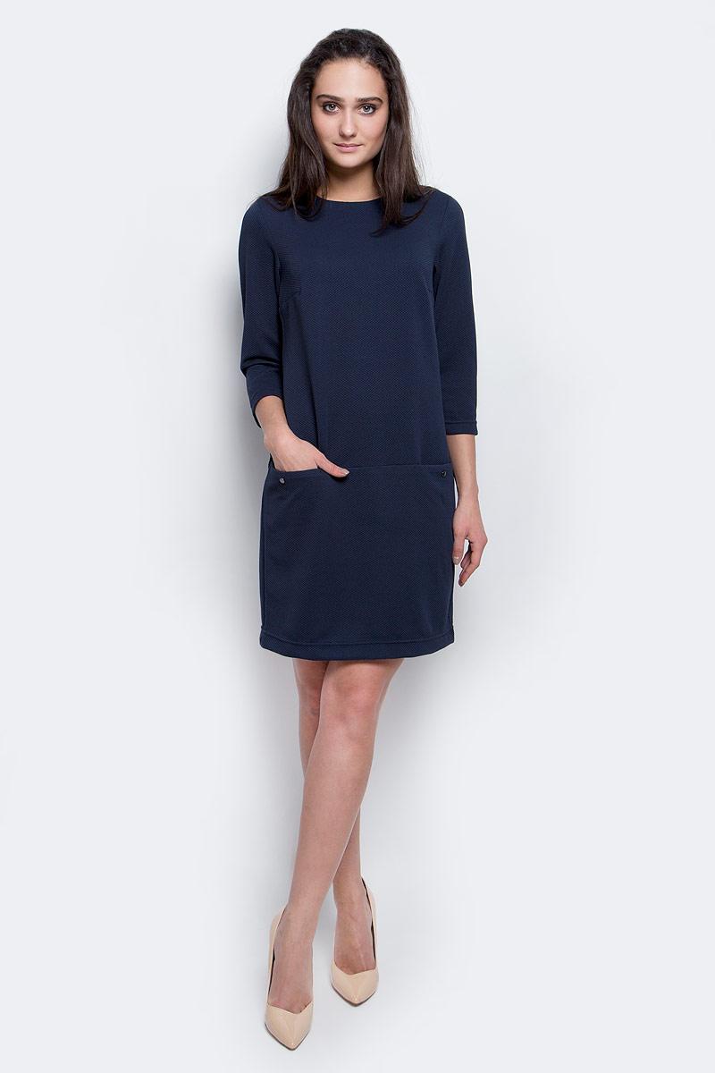 Платье Finn Flare, цвет: темно-синий. B17-11040_101. Размер M (46)B17-11040_101Модное платье Finn Flare станет отличным дополнением к вашему гардеробу. Модель выполнена из эластичного полиэстера. Платье-миди свободного кроя с круглым вырезом горловины и рукавами 3/4 застегивается на скрытую застежку-молнию, расположенную на спинке. Модель оформлена рельефным принтом. Спереди расположены два втачных кармана.