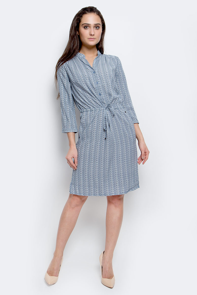 Платье Finn Flare, цвет: темно-синий, синий, белый. B17-11054_103. Размер M (46)B17-11054_103Модное платье Finn Flare станет отличным дополнением к вашему гардеробу. Модель выполнена из вискозы. Платье-миди с V-образным вырезом горловины и рукавами 3/4 застегивается спереди на три пуговицы. Модель оформлена оригинальным принтом. Нижняя часть модели по боковым швам дополнена разрезами. На талии платье завязывается на шнурок. По бокам расположены втачные карманы. Манжеты рукавов оснащены застежками-пуговицами.