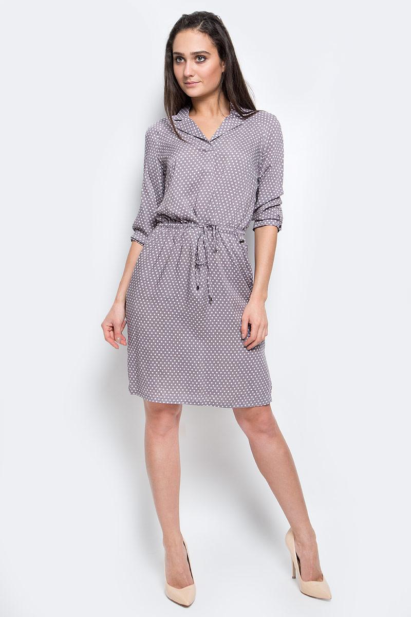 Платье Finn Flare, цвет: серо-коричневый, белый. B17-11080_205. Размер XL (50)B17-11080_205Модное платье Finn Flare станет отличным дополнением к вашему гардеробу. Модель выполнена из вискозы. Платье-миди с рукавами-реглан 3/4 и воротником с лацканами оформлено принтом в горох. Модель на талии дополнена шнурок. Нижняя часть модели по боковым швам оформлена разрезами. Манжеты рукавов оснащены застежками-пуговицами. По бокам расположены втачные карманы.