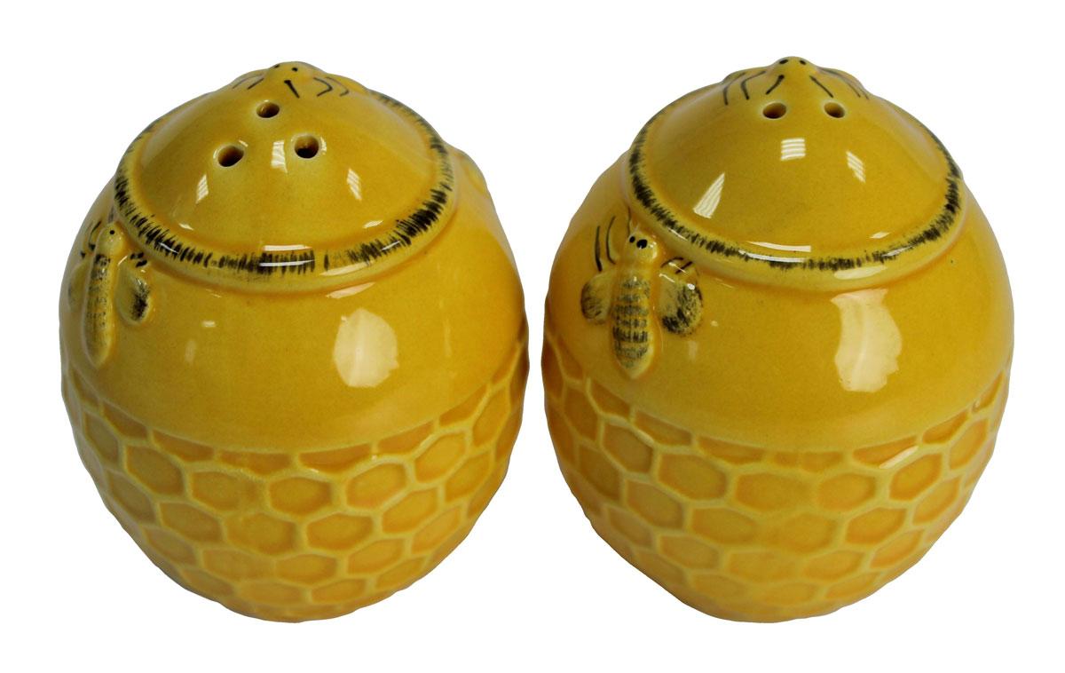 Набор для специй N/N Медовый аромат, 2 предмета824523Набор для специй Медовый аромат, состоящий из солонки и перечницы, изготовлен из высококачественной керамики. Изделия украшены оригинальным орнаментом. Солонка и перечница легки в использовании: стоит только перевернуть емкости, и вы с легкостью сможете поперчить или добавить соль по вкусу в любое блюдо.Дизайн, эстетичность и функциональность набора позволят ему стать достойным дополнением к кухонному инвентарю.