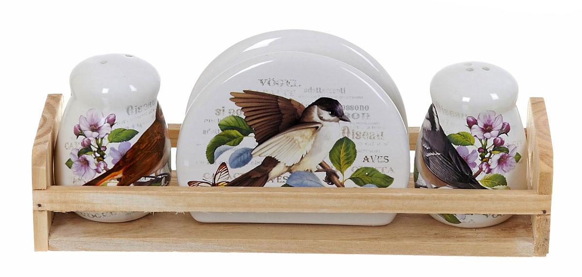 """Набор """"Birds"""" на деревянной подставке выполнен из керамики.  Благодаря своим компактным размерам не займет много места на вашей кухне.   Солонка и перечница декорированы оригинальным орнаментом.  В набор вошли солонка, перечница, салфетница, подставка.  Набор """"Birds"""" для соли и перца станет отличным подарком каждой хозяйке.   Размер набора: 24 x 8 x 9,5 см."""