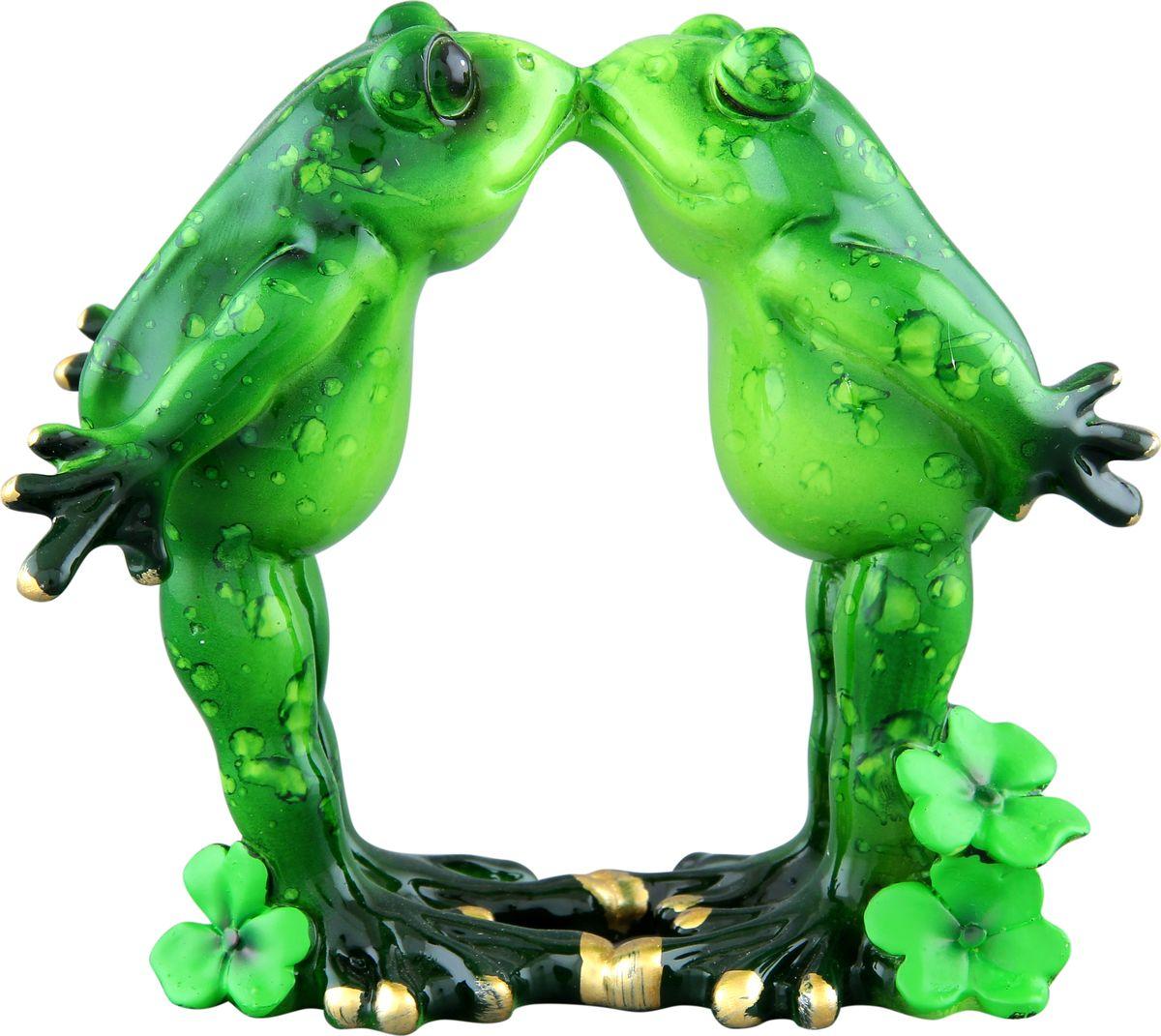 Фигурка декоративная Elan Gallery Влюбленные лягушки, высота 11 см870070Декоративные фигурки - это отличный способ разнообразить внутреннее убранство вашего дома. Декоративная фигурка с изображением лягушек станет прекрасным сувениром, который вызовет улыбку и поднимет настроение.Фигурка выполнена из полистоуна.Размер статуэтки: 12,5 х 6,8 х 11 см.