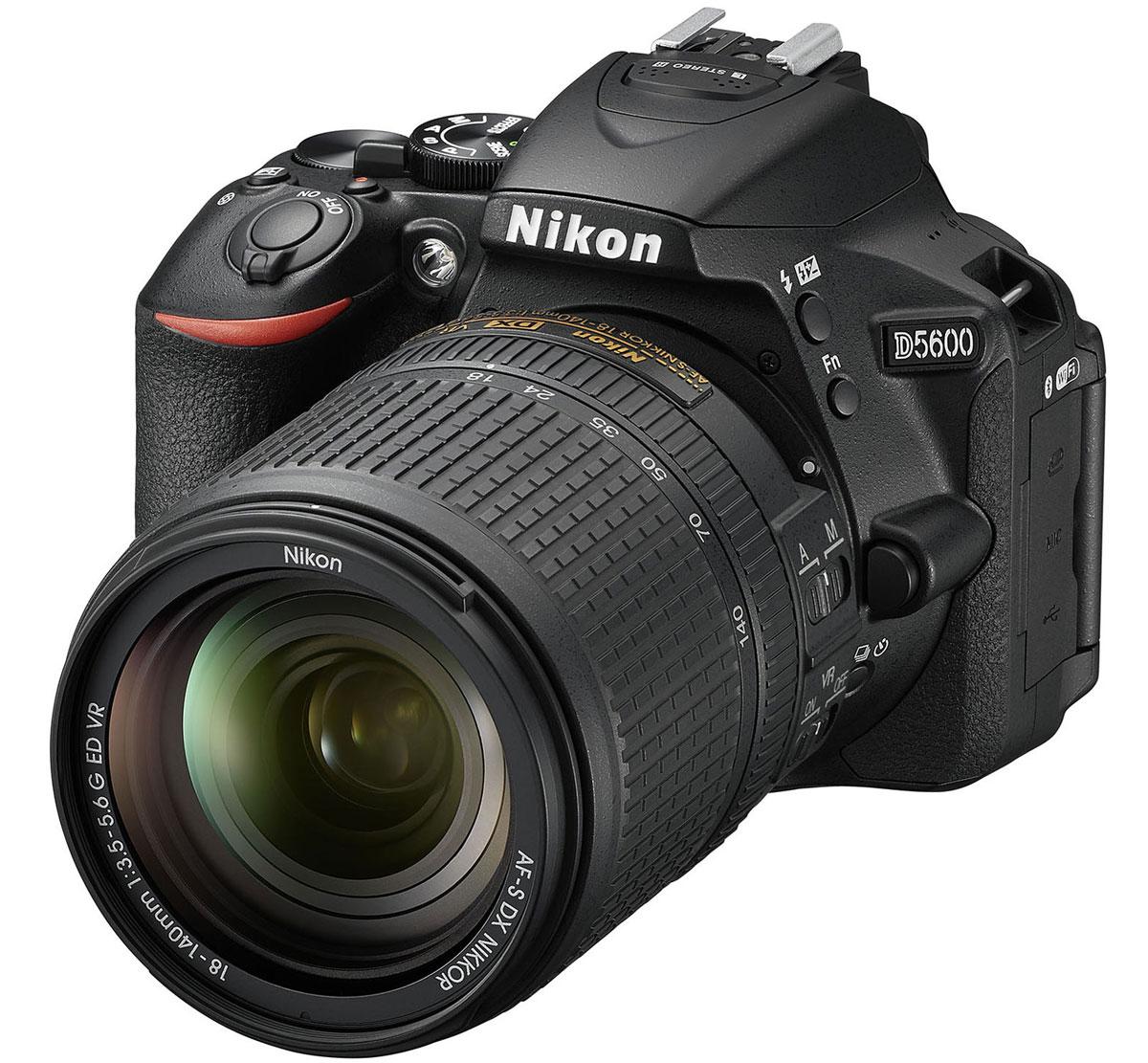 Nikon D5600 Kit 18-140 VR, Black цифровая зеркальная камераVBA500K002Следуйте за своим вдохновением, вооружившись фотокамерой Nikon D5600 с постоянным подключением.Фотокамера D5600, оснащенная большой матрицей формата DX с разрешением 24,2 млн пикселей, может четковоспроизводить тончайшие текстуры и создавать изображения с потрясающей детализацией. Ваши друзья иподписчики в социальных сетях увидят на каждом снимке именно то, что вы хотели показать.Диапазон чувствительности 100-25 600 единиц ISO и расширенная до 6400 единиц ISO чувствительность врежиме Ночной пейзаж позволяет с легкостью получать отличные результаты при недостаточнойосвещенности и сложных условиях освещения.Система обработки изображений EXPEED 4 обеспечивает превосходное понижение шума даже при высокихзначениях чувствительности ISO. А благодаря широкому выбору сменных объективов NIKKOR вы сможете слегкостью создавать изображения с эффектно размытым фоном и богатыми тональными оттенками.Революционное приложение SnapBridge от компании Nikon использует технологию подключения Bluetooth lowenergy, обеспечивая постоянную связь между фотокамерой и совместимым интеллектуальным устройством.Подключение фотокамеры к интеллектуальному устройству не вызовет никаких сложностей. После этогофотокамера сможет синхронно передавать фотографии на устройство по мере съемки, при этом не нужнотратить время на повторное подключение.Фотокамера обладает безупречной эргономикой, что позволяет вам полностью сосредоточиться на процессесъемки. Создавайте кадры с великолепной композицией благодаря высококачественному оптическомувидоискателю, обеспечивающему исключительно четкое изображение с объектива. Если вам нужно сосредоточиться на объекте съемки, использование видоискателя позволяет отмежеваться отсолнечного света и других помех. Также вы сможете крепче удерживать фотокамеру при использованиителеобъектива. Удобное расположение диска управления и мультиселектора позволяет легко менятьнастройки во время съемки.Теперь у вас есть