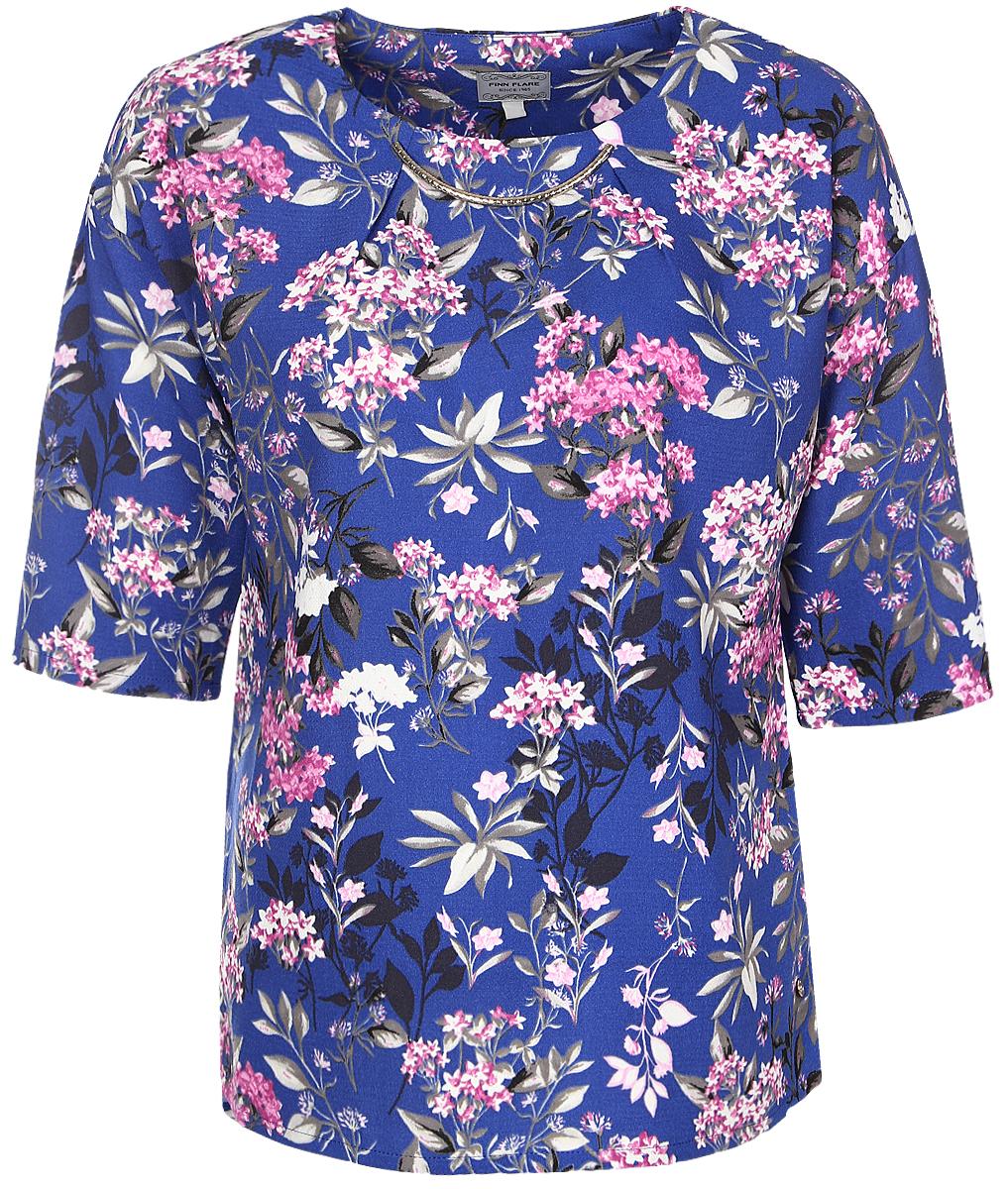 Блузка женская Finn Flare, цвет: синий. B17-11075_103. Размер L (48)B17-11075_103Женская блуза Finn Flare с рукавами до локтя и круглым вырезом горловины выполнена из 100% полиэстера. Блузка имеет свободный крой. Модель оформлена крупным металлическим декоративным элементом под горловиной и украшена оригинальным цветочным принтом.