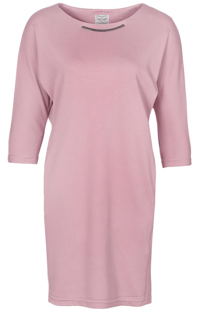 Платье Finn Flare, цвет: светло-розовый. B17-11076_318. Размер M (46)B17-11076_318Платье Finn Flare выполнено из вискозы с добавлением нейлона и эластана. Свободная модель средней длины с цельнокроеными рукавами длиной 3/4 имеет круглый вырез горловины. Платье дополнено двумя втачными карманами и украшено металлическим декоративным элементом под горловиной.