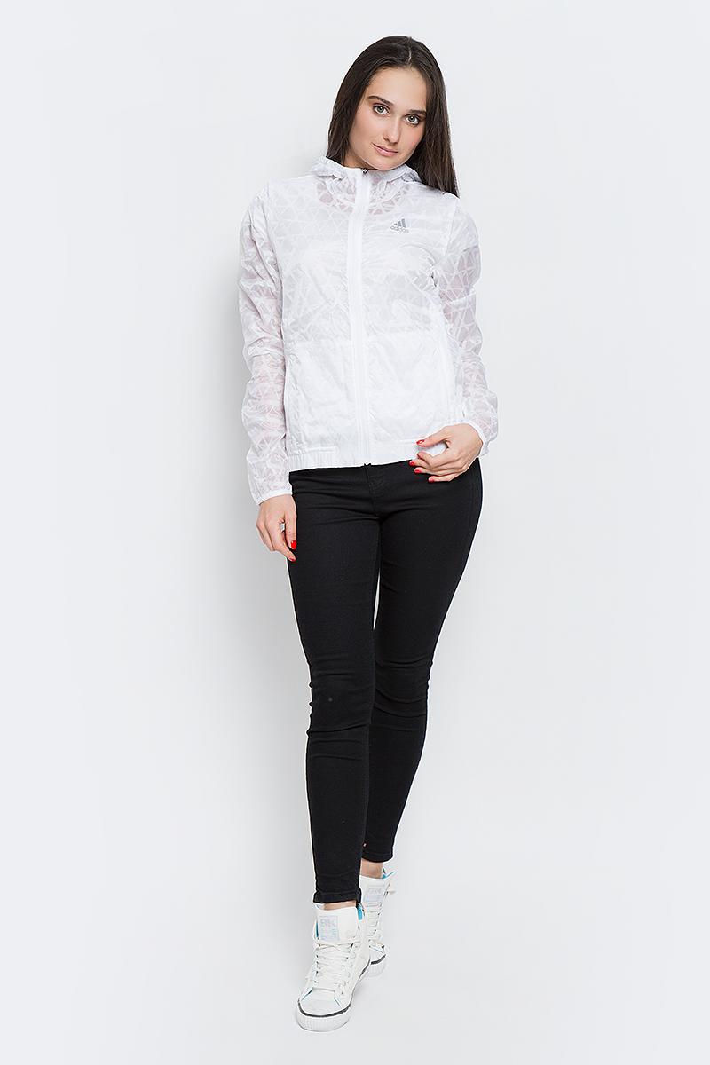 Ветровка женская adidas Run Transp JKT, цвет: белый. AP8439. Размер 38 (44)AP8439Легкая женская куртка для ежедневных пробежек. Дышащая ткань climalite эффективно отводит влагу, а застежка на молнию, капюшон и манжеты с отверстиями для больших пальцев защищают от холода и ветра. Боковые карманы. Графический принт по всей поверхности, светоотражающие детали.