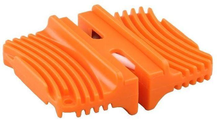 Точилка универсальная Ножемир Taidea. T0813CT0813CКомпактная ножеточка с двумя степенями заточки. С одной стороны керамика средней зернистости, с другой - керамика мелкозернистая.Внимание! Инструмент не подходит для восстановления испорченной режущей кромки, зато идеален для поддержания ножей в остром состоянии.Не допускается заточка с нажимом! Проводите ножом по керамическим стержням без усилия. Точилка для ножей Pocket Knife Sharpener Taidea. Удобный карманный инструмент для правки карманных, туристических и кухонных ножей. Изготовлена из ребристого пластика. Керамика двух степеней зернистости позволяет править как простые ножи, так и ножи из дорогих сталей.Для правки лезвия проведите ножом на себя (от рукояти до кончика). Нельзя водить лезвием по точилке туда и сюда. 3-5 раз по грубой серой стороне, а затем 5-10 раз по мелкой белой стороне точилки. ВАЖНО: заточка проводится с минимальным усилием, практически без нажатия на керамические элементы!После работы промойте керамические элементы от остатков металла щеткой с любым моющим средством. Материал: пластик ABS Размер, см: 6,6 х 5,7 х 2.