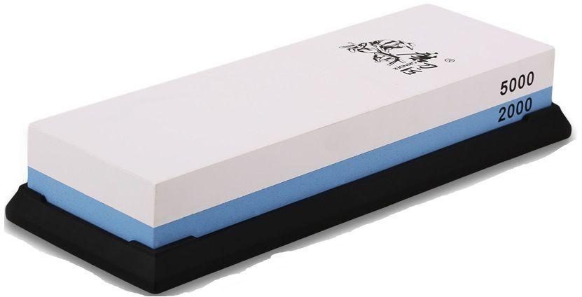 Водный камень Ножемир, двусторонний, доводочный 2000 / 5000 грит. T0930WT0930WДвусторонний водный камень из корунда Taidea подойдёт для заточки ножей, топоров и иного инструмента, поэтому станет отличным приобретением для кухни или мастерской. Одна его сторона имеет зернистость в 2000 грит и предназначена для удаления следов грубой предварительной обработки, а также небольших вмятин и заусенцев. Вторая сторона с зернистостью 5000 грит позволяет придать клинку относительно неплохие режущие свойства. Для заточки грубого рубящего инструмента вроде топора или мачете этого может оказаться вполне достаточно, однако при заточке ножей весьма желательно довести лезвие при помощи камней с меньшей зернистостью.Перед началом работы камень Taidea необходимо полностью погрузить в воду и держать до тех пор, пока из него не перестанут выделяться пузырьки воздуха. Также камень необходимо смачивать в процессе работы, чтобы он всегда оставался влажным. Благодаря этому из влажной абразивной пыли формируется паста, которая облегчает заточку и делает её более мягкой. Эта же паста не позволит клинку нагреваться в процессе трения о камень.Поставляемая в комплекте резиновая подставка предотвращает скольжение на любой поверхности, что делает работу проще и безопаснее.Масса, г: 515Размер, см: 19 х 7 х 3,3.