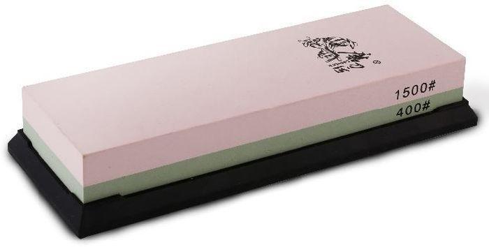 Водный камень Ножемир, двусторонний, доводочный 400 / 1500 грит. T6540WT6540WДвусторонний водный камень из корунда Taidea подойдёт для заточки ножей, топоров и иного инструмента, поэтому станет отличным приобретением для кухни или мастерской. Одна его сторона имеет зернистость в 400 грит и предназначена для удаления следов грубой предварительной обработки, а также небольших вмятин и заусенцев. Вторая сторона с зернистостью 1500 грит позволяет придать клинку относительно неплохие режущие свойства. Для заточки грубого рубящего инструмента вроде топора или мачете этого может оказаться вполне достаточно, однако при заточке ножей весьма желательно довести лезвие при помощи камней с меньшей зернистостью.Перед началом работы камень Taidea необходимо полностью погрузить в воду и держать до тех пор, пока из него не перестанут выделяться пузырьки воздуха. Также камень необходимо смачивать в процессе работы, чтобы он всегда оставался влажным. Благодаря этому из влажной абразивной пыли формируется паста, которая облегчает заточку и делает её более мягкой. Эта же паста не позволит клинку нагреваться в процессе трения о камень.Поставляемая в комплекте резиновая подставка предотвращает скольжение на любой поверхности, что делает работу проще и безопаснее.Масса, г: 623Размер, см: 19 х 7 х 3,3.