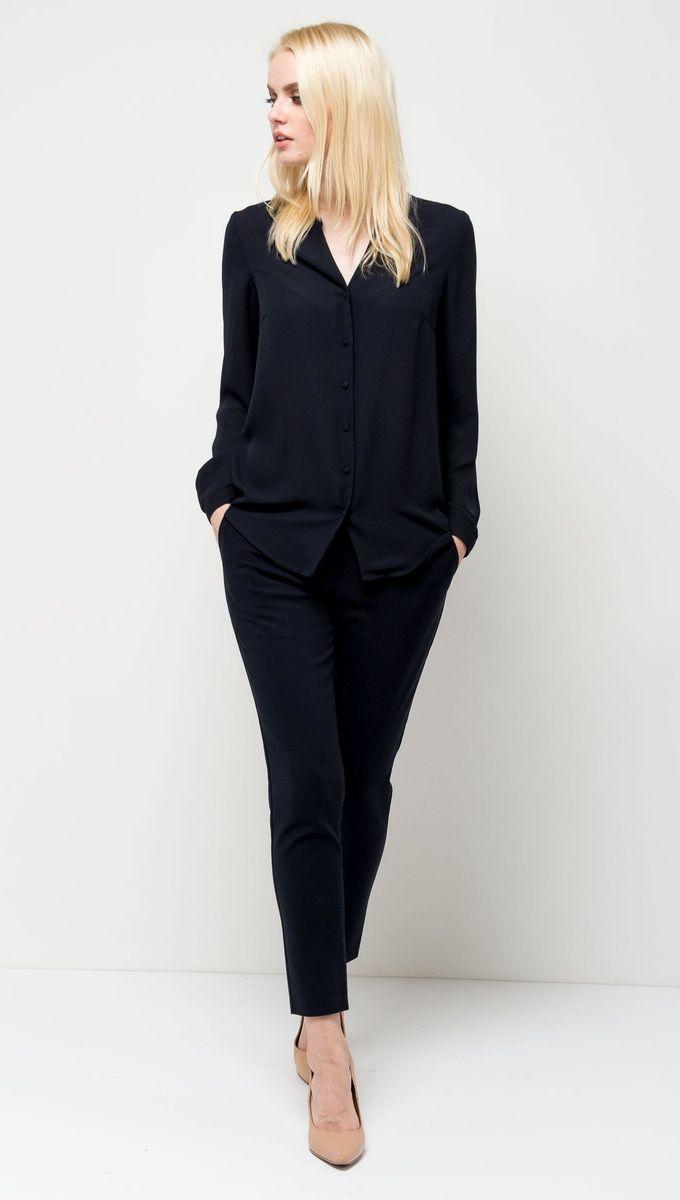 Блузка женская Sela, цвет: темно-синий. B-112/1168-7131. Размер 44B-112/1168-7131Оригинальная женская блузка Sela выполнена из воздушного материала. Модель прямого кроя с V-образным вырезом горловины и длинными рукавами застегивается на пуговицы. Манжеты рукавов также дополнены пуговицами. Блузка подойдет для офиса, прогулок и дружеских встреч и будет отлично сочетаться с джинсами и брюками, и гармонично смотреться с юбками. Мягкая ткань комфортна и приятна на ощупь.