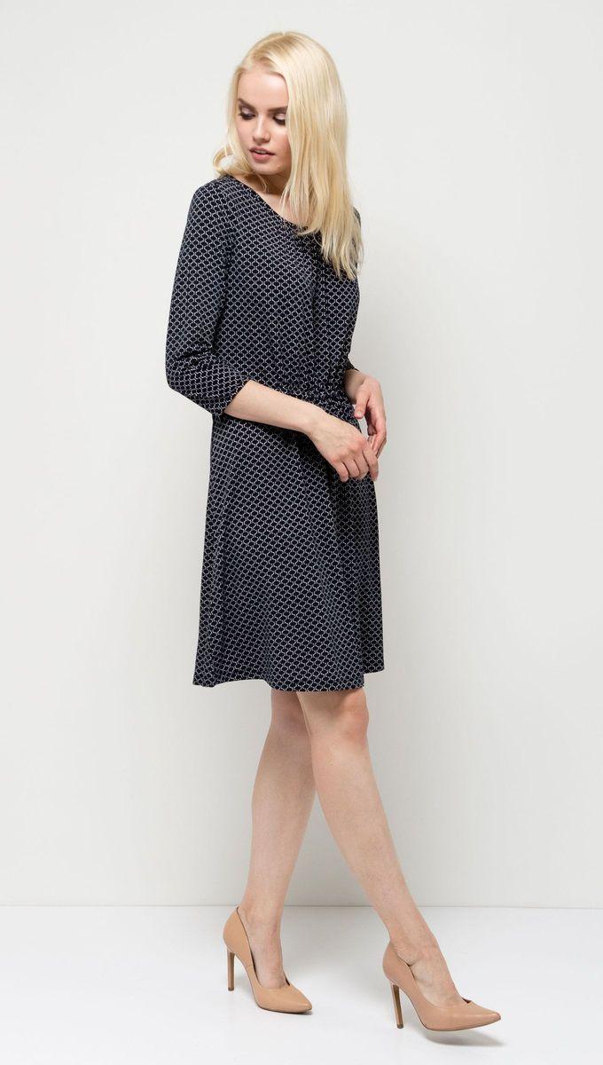 Платье Sela, цвет: темно-синий. DK-117/1117-7131. Размер XS (42)DK-117/1117-7131Стильное женское платье Sela выполнено из легкого струящегося материала и оформлено контрастным принтом. Модель приталенного кроя с резинкой на талии и расклешенной юбкой имеет круглый вырез горловины и рукава 3/4. Платье средней длины подойдет для офиса, прогулок и дружеских встреч. Мягкая ткань на основе полиэтера и эластана комфортна и приятна на ощупь.
