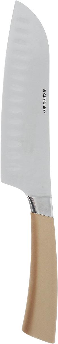 Нож сантоку Attribute Knife Tango, цвет: золотой, стальной, длина лезвия 16,3 смAKT318Нож сантоку Attribute Knife Tango изготовлен из первоклассной нержавеющей стали и предназначен для нарезки рыбы, мяса и других жилистых продуктов, также идеально годится для измельчения овощей и фруктов на рагу, суп, салат или другие закуски. Лезвиесделано из высококачественной хромо-молибденово-ванадиевой стали из Германии. Технология холодной закалки обеспечивает долгую заточку и повышенную устойчивость к коррозии. Такой нож станет прекрасным дополнением к коллекции ваших кухонных аксессуаров и не займет много места при хранении. Общая длина ножа: 31 см.