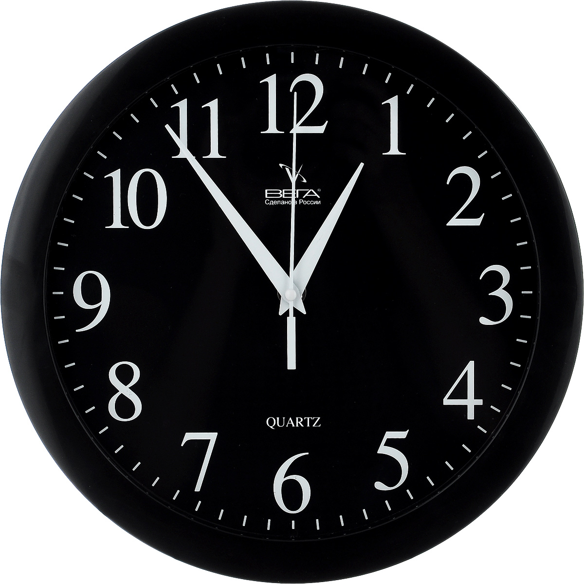 """Настенные кварцевые часы Вега """"Классика"""", изготовленные из пластика, прекрасно впишутся в интерьер  вашего дома. Круглые часы имеют три стрелки: часовую,  минутную и секундную, циферблат защищен прозрачным стеклом.  Часы работают от 1 батарейки типа АА напряжением 1,5 В (не входит в комплект).  Диаметр часов: 28,5 см."""