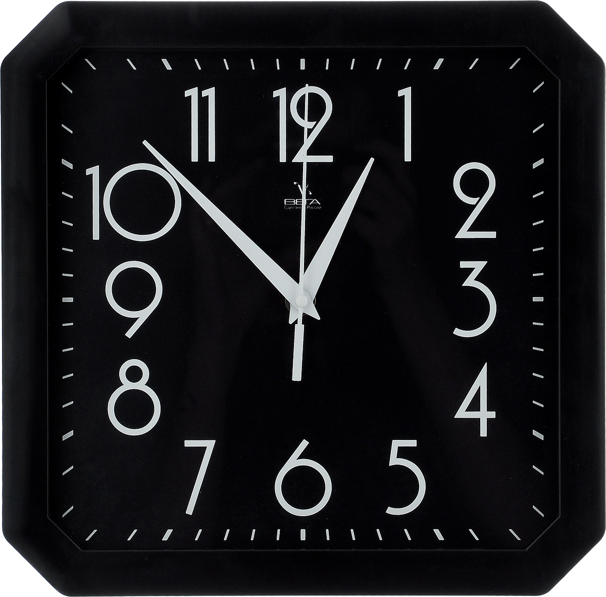 Часы настенные Вега Классика, цвет: черный, 28 х 28 смП4-6/6-80Настенные кварцевые часы Вега Классика, изготовленные из пластика, прекрасно впишутся в интерьер вашего дома. Часы имеют три стрелки: часовую, минутную и секундную, циферблат защищен прозрачным стеклом. Часы работают от 1 батарейки типа АА напряжением 1,5 В (не входит в комплект).