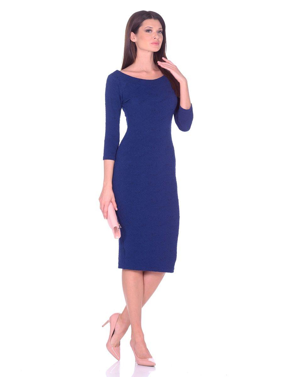 Платье La Via Estelar, цвет: синий. 14671. Размер 4814671Идеальное платье на любой случай La Via Estelar выполнено из эластичного фактурного материала. Модель облегающего фасона, длины ниже колена, с рукавом три четверти, разрезом сзади и вырезом горловины лодочка. Платье отлично подчеркивает фигуру, создавая привлекательный образ.
